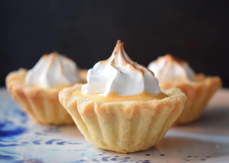 Mini tarte cu crema de lamaie si bezea