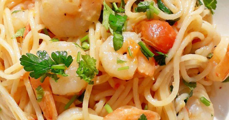 Spaghete cu creveti, sos de rosii si usturoi